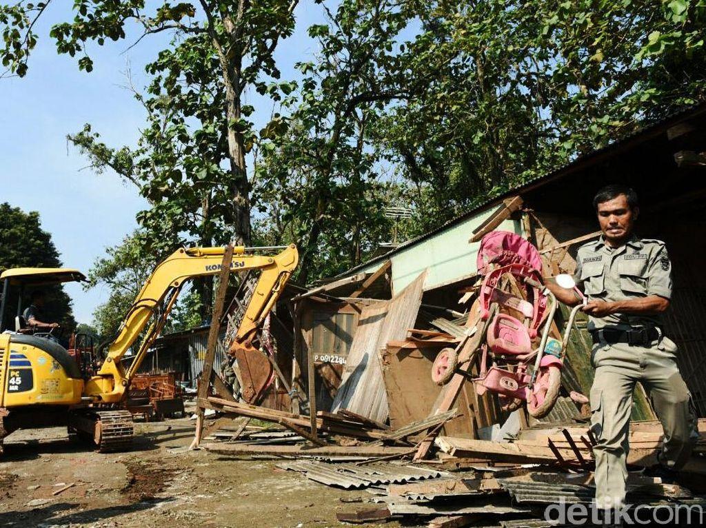 Bangunan ini dibongkar karena berdiri di atas kawasan jalur hijau Wana Wisata yang dikelola oleh Perum Perhutani dan Pemerintah Kabupaten Purwakarta. (Ist/Pemkab Purwakarta).