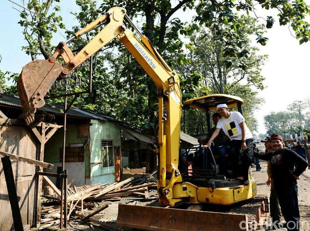 Bupati Purwakarta Dedi Mulyadi memantau penertiban bangunan liar di sepanjang Jalan Raya Bungursari, Selasa (10/5/2016). (Ist/Pemkab Purwakarta).