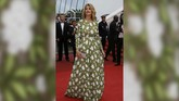 Dress hijau bermotif daun yang dikenakan aktris Alice Taglioni, tidak menjadikannya elegan melainkan membuat tubuhnya tampak gembung. (REUTERS/Eric Gaillard)