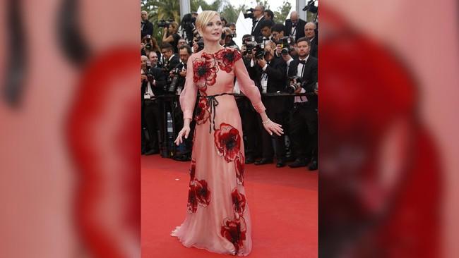 Datang sebagai anggota juri, Kristen Dunst seolah mengenakan daster merah jambu neneknya dengan bunga-bunga yang mencolok. (REUTERS/Eric Gaillard)