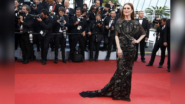 Ide desainer memang beraneka ragam, mungkin itu dapat ditangkap oleh aktris Julianne Moore. Moore membawa 'kobra' di atas red carpet Cannes Film Festival 2016. 'Kobra' itu tertempel di dress hitam yang ia kenakan. (REUTERS/Eric Gaillard)