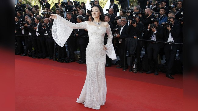 Aktris China Gong Li memilih gaun putih di karpet merah Cannes. Kendati dia terlihat cantik mengenakan gaun itu, beberapa pengamat mode justru berpendapat gaun itu membuatnya terlihat seperti mengenakan gorden. (REUTERS/Eric Gaillard)