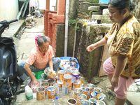Dalam proses pengerjaannya, Siti dibantu oleh tetangga sekitar rumah yang sudah mengetahui kondisi kesehatan Haura.