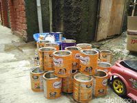 Tak hanya mendapat pesanan celengan, Siti juga dikirimi banyak kaleng susu bekas sebagai modal untuk membuat celengan. Kiriman datang dari berbagai daerah di Indonesia.