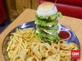 Resto Steak Tantang Pengunjung dengan Burger Lima Tangkup