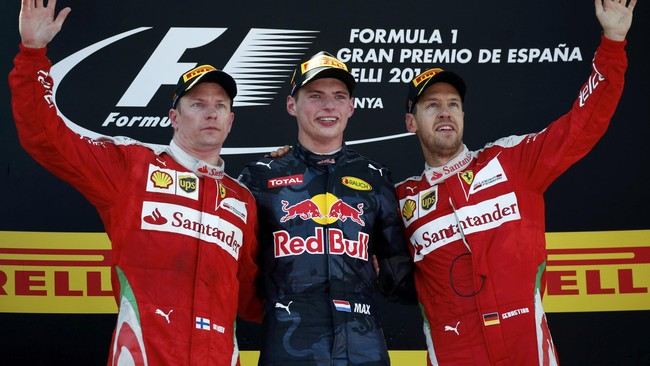 Para juara GP Spanyol: Kimi Raikkonen, Max Versttappen, dan Sebastian Vettel berpose bersama untuk difoto sebelum penyerahan piala. (Reuters/Juan Medina)