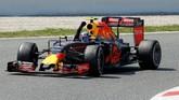 Max Verstappen merayakan keberhasilannya untuk kali pertama meraih podium tertinggi. Kemenangan itu sempurna bagi pebalap termuda yang menjuarai balapan, dan bersama tim baru. (Reuters/Juan Medina)