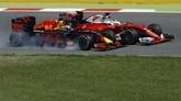 Upaya Vettel berhasil, sementara Ricciardo terpaksa menepi karena ada masalah pada bannya. (Reuters/Albert Gea)