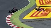 Pebalap Ferrari Kimi Raikkonen sempat keluar jalur ketika berupaya menyalip mantan rekan setim Verstappen di Toro Rosso, Carlos Sainz Jr. (Reuters/Albert Gea)