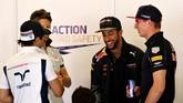 Pebalap termuda di F1 Max Verstappen (kanan) bersama rekan barunya Daniel Ricciardo bersenda gurau sebelum GP Spanyol di sirkuit Katalonia, Barcelona, Minggu (15/5). Verstappen mengejutkan dunia ketika ditukar guling Daniil Kvyat dari tim Toro Rosso ke tim Red Bull Racing. (Getty Images/Mark Thompson)