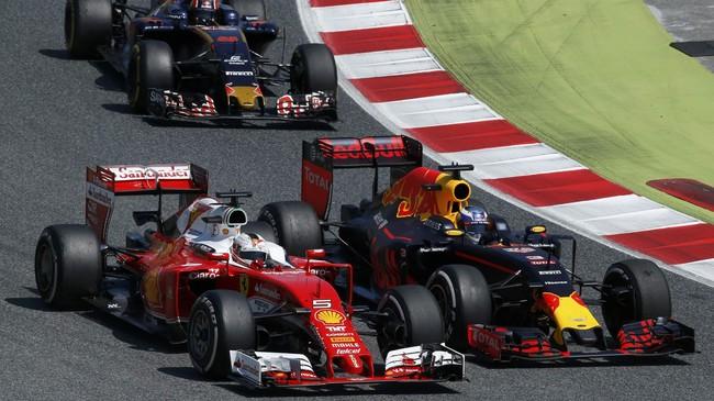 Pebalap Ferrari Sebastian Vettel berupaya menyalip pebalap Red Bull Racing Daniel Ricciardo. (Reuters/Albert Gea)