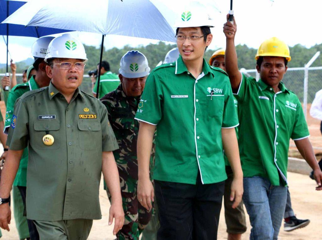 Gubernur Kalimantan Barat Cornelis dan Chairman PT Sentosa Bumi Wijaya Adhitya Soenjoto meninjau pabrik di Bengkayang , Kalimantan Barat. Ist/SBW.