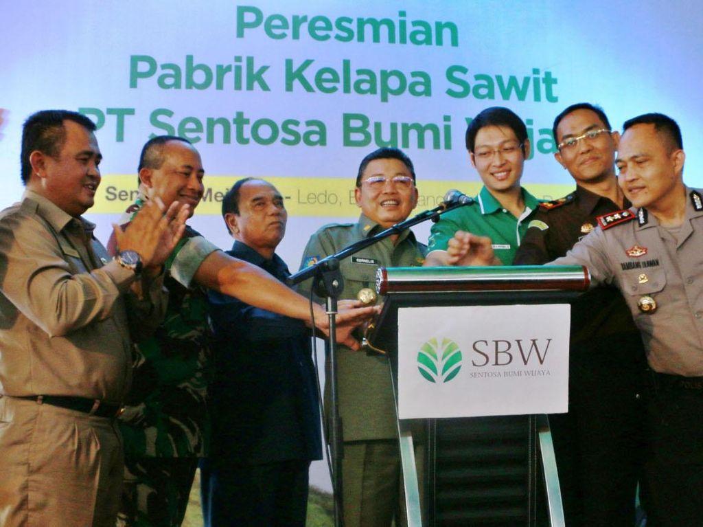 Gubernur Kalimantan Barat Cornelis (tengah), Panglima Kodam XII/Tpr Mayjen TNI Agung Risdhianto (kedua kiri) dan Chairman PT Sentosa Bumi Wijaya Adhitya Soenjoto (tiga dari kanan) menekan sirine menandai peresmian pabrik kelapa sawit di Bengkayang, Kalimantan Barat. Ist/SBW.