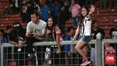 Para suporter yang juga penggemar pemain sepakbola lawas dari tim seri A Italia datang untuk memberi dukungan dan sekaligus mengadu keberuntungan mendapat cenderamata atau tandatangan dari pemain kesayangan mereka. (CNN Indonesia/Andry Novelino)