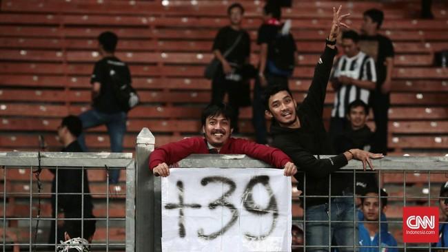 Selain menjumpai idola, para penggemar Juventus juga memberikan tribut kepada 39 pendukung Juventus yang tewas pada Tragedi Heysel 1985. (CNN Indonesia/Andry Novelino)