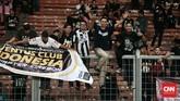 Sekelompok penggemar Juventus menyaksikan laga yang memang banyak dihuni oleh mantan pemain Si Nyonya Tua. (CNN Indonesia/Andry Novelino)