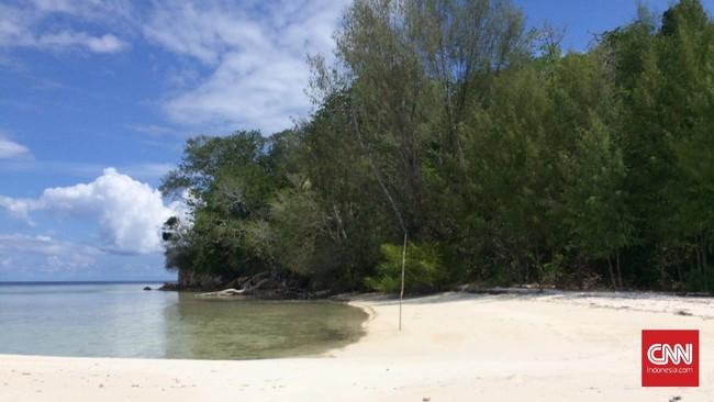 Di Raja Ampat, turis juga dapat merasakan sensasi memiliki pantai pribadi dengan pasir putih dan air sejernih kristal, yakni di Pulau Yeben.