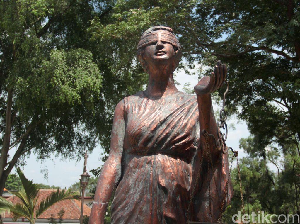 Dewi Themis di kampus FH UNS, Solo.