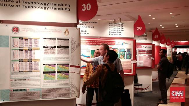 Pengunjung menyaksikan informasi pameran. Asosiasi Industri Minyak dan Gas Bumi (Migas) menggelar hajatan tahunan IPA Convention dan Exhibition yang ke-40 tahun ini, mulai Rabu ini (25/6) hingga Jumat nanti (27/6) di JCC, Senayan, Jakarta. Foto: CNN Indonesia/Andry Novelino