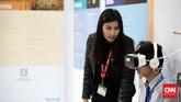 Pengunjung menjajal salah satu virtual show di pameranThe 40th IPA CONVEX 2016.Konvensi dan pameran migas terbesar di Asia Tenggara ini mengusung tema Shifting Paradigms in Indonesia, Supplying Energy in the New Reality.Foto: CNN Indonesia/Andry Novelino