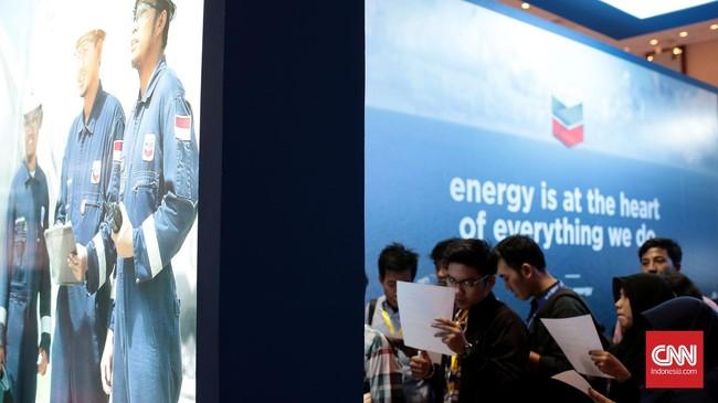 Para mahasiswa meminati booth salah satu perusahaan minyak terbesar. Konvensi dan pameran migas terbesar di Asia Tenggara ini mengusung tema Shifting Paradigms in Indonesia, Supplying Energy in the New Reality.Foto: CNN Indonesia/Andry Novelino
