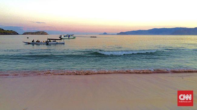 Menikmati Pantai Merah Muda Pulau 'Naga Darat'