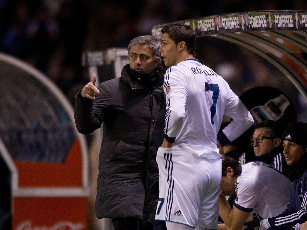 Mourinho pernah membuat Ronaldo marah dengan mengatakan, Mungkin dia berpikir dia tahu segalanya dan pelatih tidak bisa membuat dia lebih baik lagi. Mourinho juga mengatakan bahwa Ronaldo yang sebenarnya adalah Ronaldo, yang dari Brasil. (Foto: Gonzalo Arroyo Moreno / Getty Images)