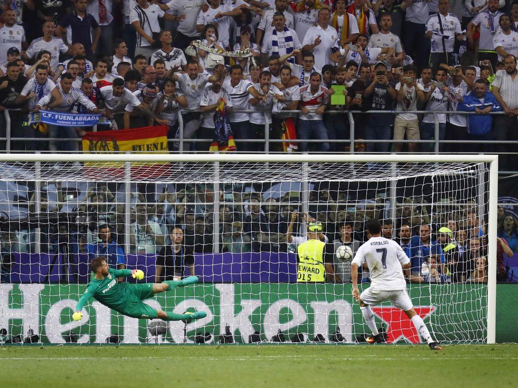 Penendang kelima Madrid, Ronaldo, menjalankan tugasnya dengan baik. Madrid menang 5-3 lewat adu penalti dan keluar sebagai juara. Kai Pfaffenbach/Reuters/detikFoto.