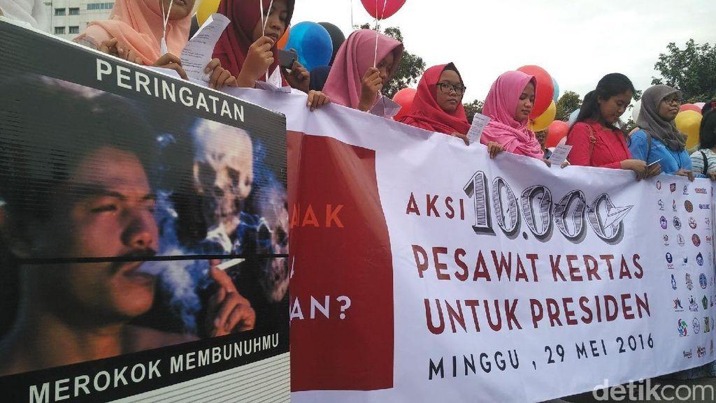 Minta Presiden Aksesi FCTC, Remaja Indonesia Kirim 10.000 Pesawat Kertas