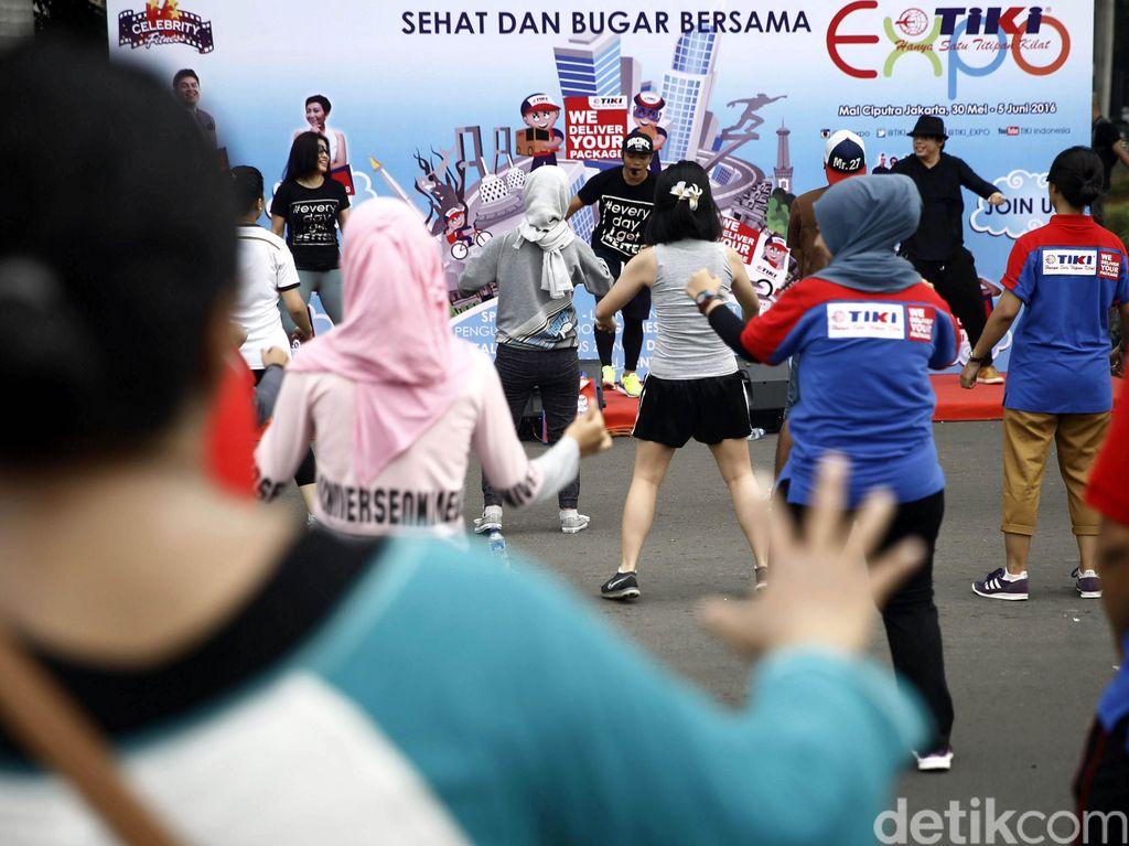Para pengunjung Car Free Day, Minggu (29/5) pagi beramai-ramai mengikuti Zumba di acara Sehat dan Bugar Bersama TIKI.