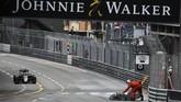 Steward sirkuit membersihkan trek saat virtual safety car diberlakukan. Total ada tujuh pebalap gagal finis di GP Monako, yang sebagian besar terjadi karena kecelakaan. (Dok. Manor Grand Prix Racing Ltd)