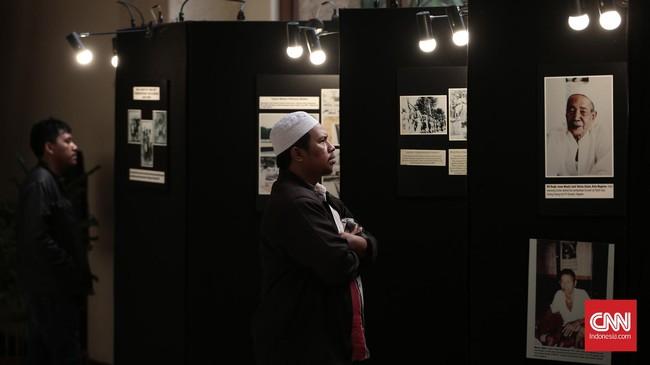 Pameran foto korban PKI pada Simposium Nasional 'Mengamankan Pancasila dari Kebangkitan PKI dan Ideologi Lain'. (CNN Indonesia/Andry Novelino)
