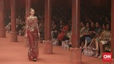 Selalu ada yang istimewa saat menyaksikan koleksi Biyan Wanaatmadja di atas catwalk, seperti yang dia lakukan saat menggelar fashion show tahunan di Segara Ballroom, Hotel Dharmawangsa, Jakarta, Rabu (1/6).