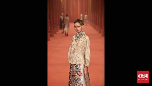 Disebut 'Benang Merah' karena Biyan merangkum 34 tahun perjalanannya sebagai desainer, dari suka, duka, kesuksesan, hingga kegagalan.