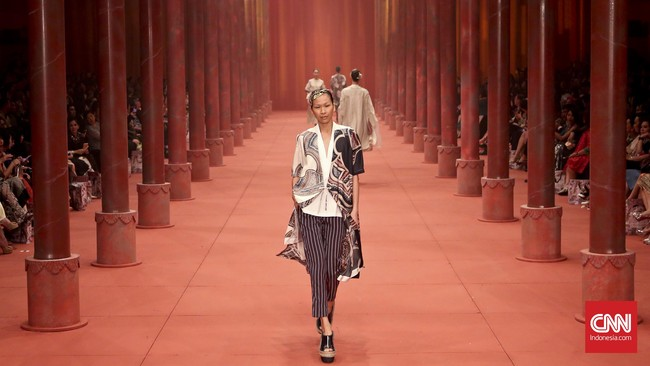 Terdapat 102 koleksi yang dipersembahkan di catwalk yang didesain bagaikan balairung kerajaan China kuno dengan pilar-pilar besar dan latar berwarna merah.