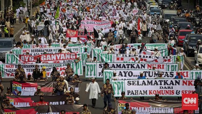 Ribuan simpatisan dari gabungan Ormas Islam, berjalan kaki menuju Istana Merdeka, Jakarta, Jumat, 3 Juni 2016. (CNN Indonesia/Adhi Wicaksono).