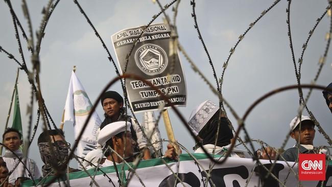 Kawat duri dan beton menghadang para pendemo anti komunisme di depan Istana Merdeka. (CNN Indonesia/Adhi Wicaksono).