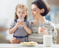 Mengonsumsi makanan berbahan dasar susu bisa membuatkan kentut menjadi berbau kurang sedap apabila tubuh memiliki intoleransi laktosa. Selain kembung, gejala lain yang menunjukan adanya intoleransi laktosa adalah kram perut atau mual-mual. (Foto: iStock)