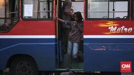 Terpaksa Berg(el)antung pada Bus Kota