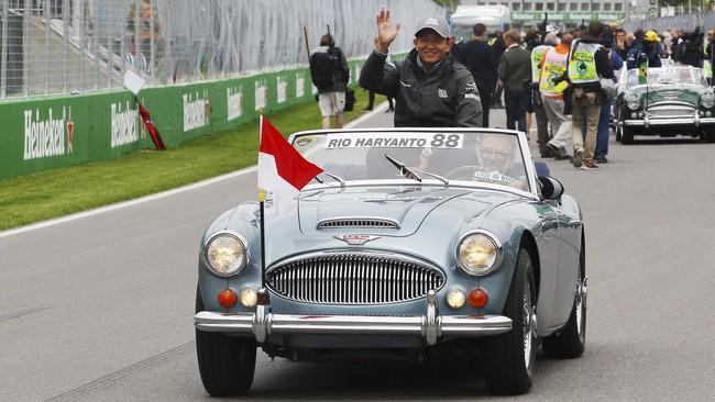 Rio Haryanto untuk kali pertama menjajal sirkuit balap Gilles Villeneuve, Kanada. Ia pun ikut dalam upacara penyambutan pebalap di sirkuit tersebut. (Dok. Manor Grand Prix Racing Ltd)