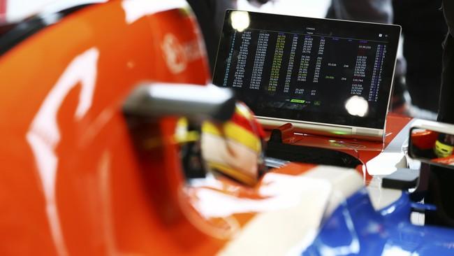 Rio Haryanto tersingkir di kualifikasi pertama setelah terpaut hingga 3,338 detik dari pebalap Mercedes Nico Rosberg yang menguasai sesi pertama kualifikasi. Peraih pole position adalah Lewis Hamilton dengan catatan waktu lebih 4,240 detik dari Rio. (Dok. Manor Grand Prix Racing Ltd)