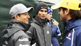 Pebalap nasional Rio Haryanto (kiri) berbincang bersama rekannya di tim Manor Racing, Pascal Wehrlein (tengah) dan pebalap-pebalap lainnya. (Dok. Manor Grand Prix Racing Ltd)