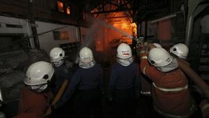 16 Damkar Dikerahkan Padamkan Kebakaran Gudang di Jakut