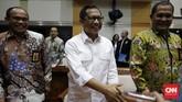 Komjen Tito Karnavian bercengkerama dengan para anggota Komisi III DPR sebelum memulai rapat. (CNN Indonesia/Safir Makki)