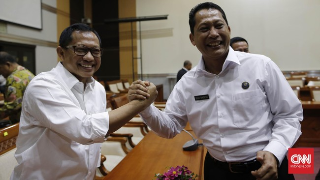 Kepala BNPT Komjen Tito Karnavian berjabat tangan dengan 'rival'-nya di bursa pencalonan Kapolri, Kepala Badan Narkotika Nasional (BNN) Komjen Budi Waseso, dalam rapat dengan Komisi III Bidang Hukum di Gedung DPR RI, Senayan, Jakarta, Kamis 16 Juni 2016. (CNN Indonesia/Safir Makki)