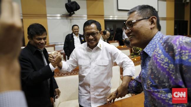 Komjen Tito Karnavian mendapat ucapan selamat dari para anggota Komisi III atas penunjukannya sebagai calon Kapolri. (CNN Indonesia/Safir Makki)