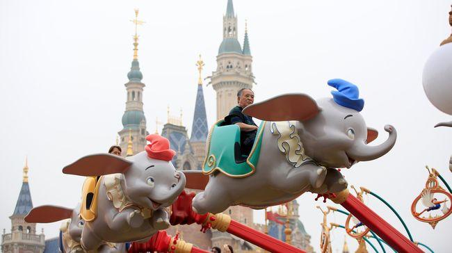 Karyawan Disneyland Dilarang Menunjuk dengan Satu Jari