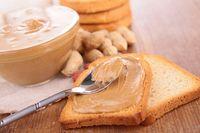 Selai kacang adalah pilihan favorit saat membuat roti sandwich. Namun dibalik rasa manisnya, selain kacang memiliki kalori tinggi yakni 589 per 100 gram. (Foto: Thinkstock)