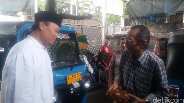 Hidayat Nur Wahid Sapa Tukang Bajaj