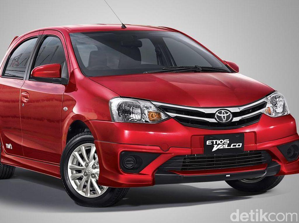 Toyota telah menghentikan produksi Etios pada akhir 2017. Dengan begitu Etios tak lagi dijual di Indonesia. Salah satu alasannya adalah Etios tak ada versi matiknya. Daripada mendatangkan versi matik, Toyota pilih fokus pada Agya. Foto: Toyota Astra Motor